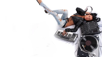 f5bd1c7d_890c31bf_Girl-vinyl-synthesizer-headphones-Hot-Dj-HD-Wallpapers-for-fullscreen-and-widescreen-desktop-background-Wallpaper-wallpapers-computer-8469-2560x1440